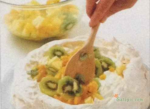 Arrange the mixed fruit over the Chantilly cream